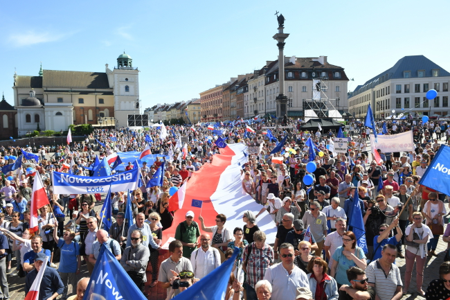 Thousands marched in the centre of Warsaw. Photo: PAP/Radek Pietruszka.