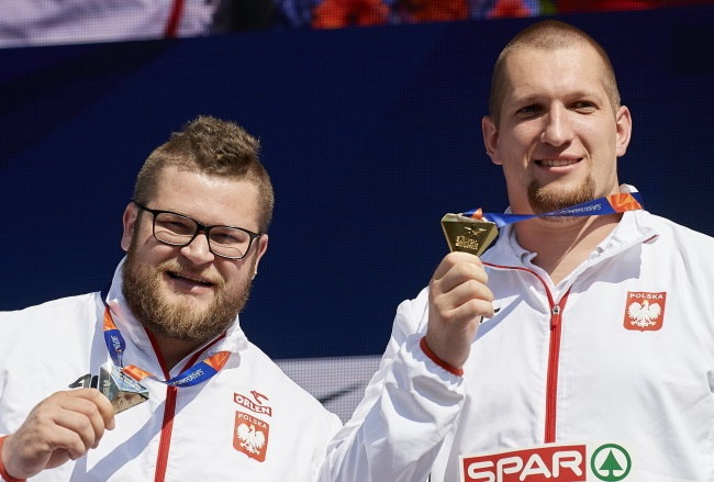 European hammer throw champion Wojciech Nowicki (right) and runner-up Paweł Fajdek (left) during a medal ceremony at the European Athletics Championships in Berlin on Wednesday. Photo: PAP/Adam Warżawa