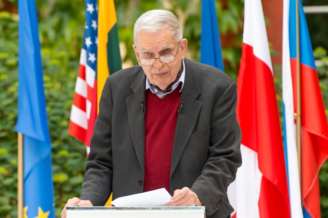 Lithuanian poet Tomas Venclova collects the Jan Nowak-Jeziorański award from the National Ossoliński Institute in Wrocław, 03.06.2015 Photo: PAP/Maciej Kulczyński
