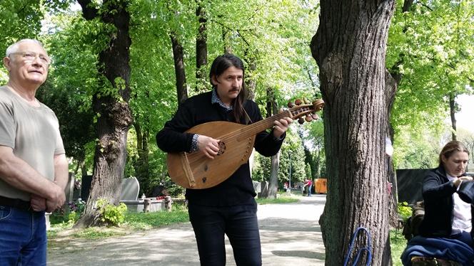 Пісні української революції звучать на цвинтарі на Волі