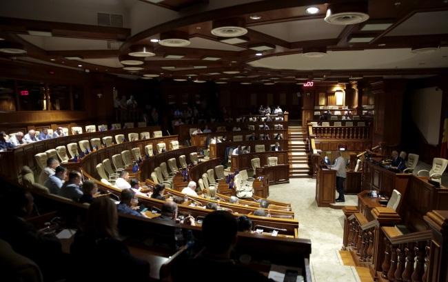 В ходе экстренного заседания парламент избрал премьер-министром страны председателя «Партии действия и солидарности» Майю Санду.