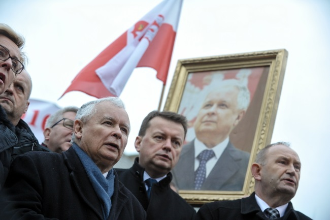 Poland's ruling party leader Jarosław Kaczyński, next to the country's new Defence Minister Mariusz Błaszczak (second from right), during monthly remembrance ceremonies in front of the Presidential Palace in Warsaw on Wednesday. Photo: PAP/Marcin Obara