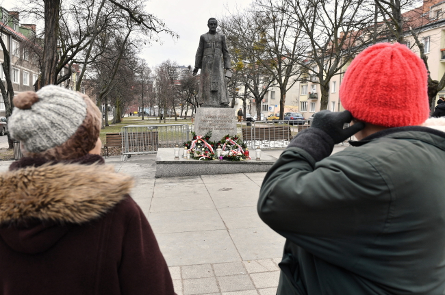 В Гданьске вновь поставили на постамент памятник отца Хенриха Янковского