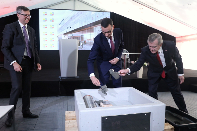 Prime Minister Mateusz Morawiecki and Deputy Prime Minister and Culture Minister Piotr Gliński cement the foundation stone. Photo: Tomasz Gzell