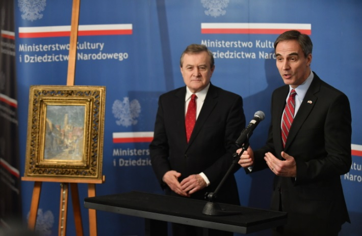 "Polish Culture Minister Piotr Gliński and US Ambassador to Poland Paul W. Jones with the ""Street with Castle Ruins"" painting. Photo: PAP/Bartłomiej Zborowski"