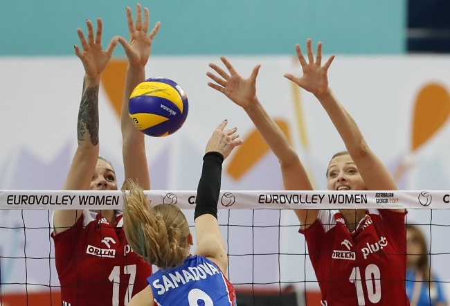 Malwina Smarzek (left) and Zuzanna Efimienko (right) of Poland in action against Azerbaijan during the 2017 CEV Volleyball Women's European Championship in Baku. Photo: EPA/SERGEI ILNITSKY