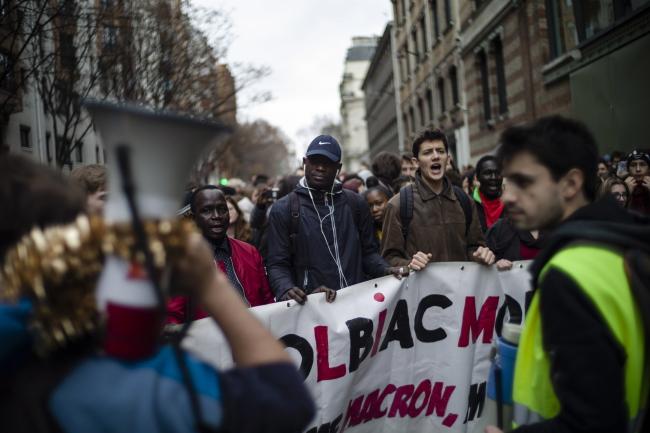Протестующие в Париже студенты