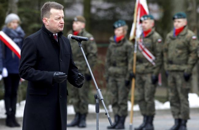 Міністр національної оборони Польщі Маріуш Блащак під час присяги солдатів Першої підляської бригади територіальної оборони у Сім'ятичах