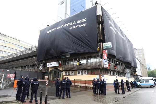 Актывісты Greenpeace патрабуюць, каб Польшча адмовілася ад выгалю.