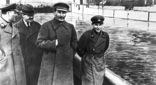 Na zdjęciu Klimient Woroszyłow, Wiaczesław Mołotow, Józef Stalin i Nikołaj Jeżow nad brzegiem kanału Moskwa-Wołga