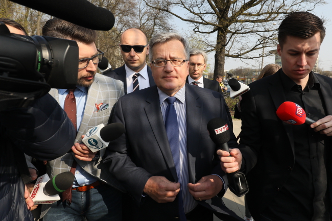 Bronisław Komorowski on his way to the National Public Prosecutor's Office in Warsaw on Thursday morning. Photo: PAP/Paweł Supernak.