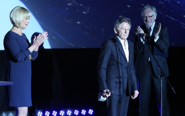 Roman Polanski (C) receives the 'Against the Current' award at the 8th PKO Off Camera Festival, with head of the Polish Film Institute (PISF) Agnieszka Odorowicz (L) and actor Andrzej Seweryn. Photo: PAP/Stanisław Rozpedzik