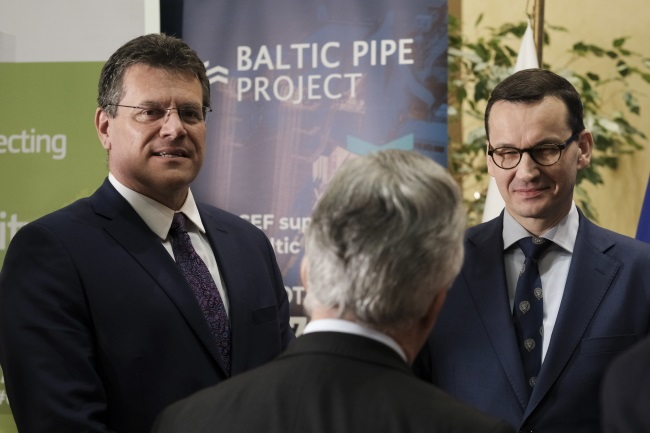 Polish Prime Minister Mateusz Morawiecki (right) and European Commission Vice-President Maroš Šefčovič (left) during the signing ceremony for an agreement on financing the Baltic Pipe Polish-Danish gas pipeline project in Brussels, Belgium, on Monday. Photo: EPA/OLIVIER HOSLET