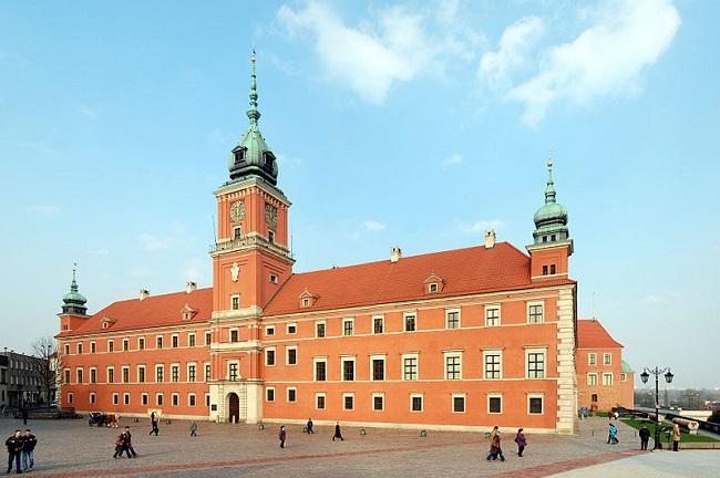 Das Warschauer Königsschloss war bis zum 18. Jahrhundert der Sitz der polnischen Könige. Nach der vollständigen Zerstörung im Zweiten Weltkrieg durch die deutschen Streitkräfte wurde es von 1971 bis 1988 vor allem mithilfe US-amerikanischer Spendengelder wiederaufgebaut. 1980 wurde das Schloss als Teil der Warschauer Altstadt ins UNESCO-Weltkulture