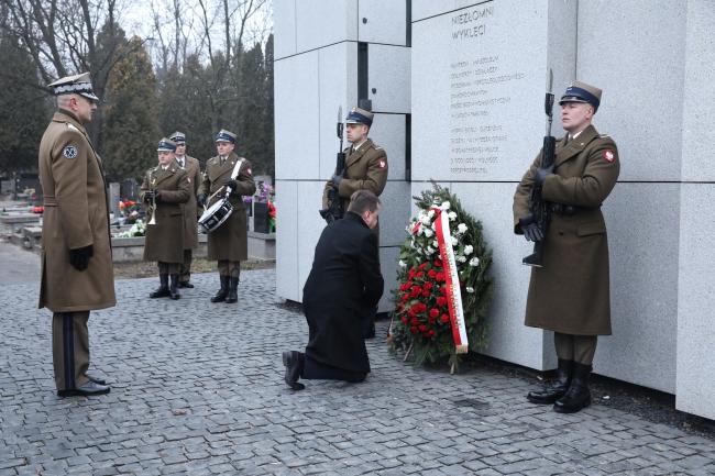 """Министр национльной обороны Польши Мариуш Блащак (в центре) положил венок в Пантеоне-мавзолее """"проклятых солдат"""""""