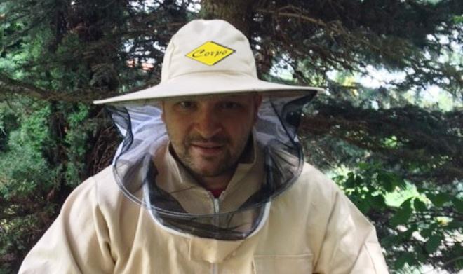 Наш співрозмовник виявляється не просто торговець, він ще й сам бджоляр !