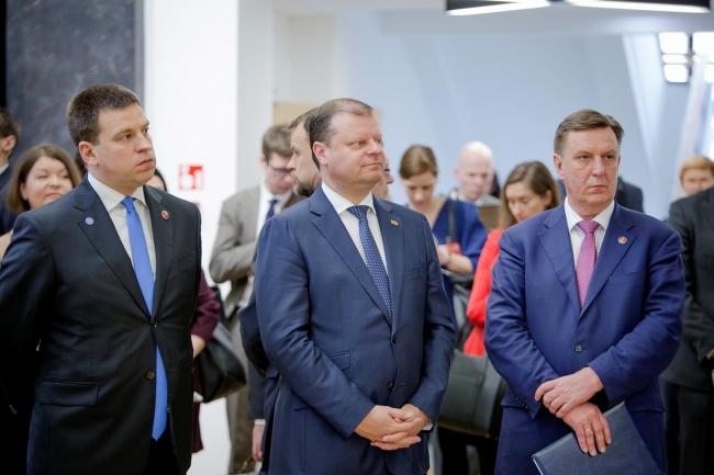 Естонський прем'єр Юрі Ратас, прем'єр Литви Саулюс Скверняліс та латвійський прем'єр Маріс Кучінскіс. Вільнюс, 9 березня 2018.