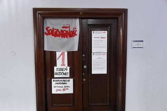 """Учителя из профсоюза """"Солидарность"""" четвертый день голодают, заняв здание Малопольского управления по делам образования"""