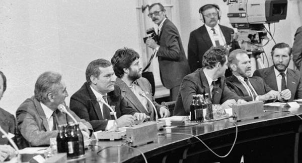 """Лех Валенса и лидеры демократической оппозиции во время перегоговоров """"за круглым столом"""" 1989 года."""
