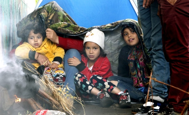 Migrants for Syria, Pakistan and Afghanistan sit in tents as they take a break in Belgrade on their way to EU through Serbia in Belgrade, Serbia, 26 June 2015.  Photo: EPA/KOCA SULEJMANOVIC