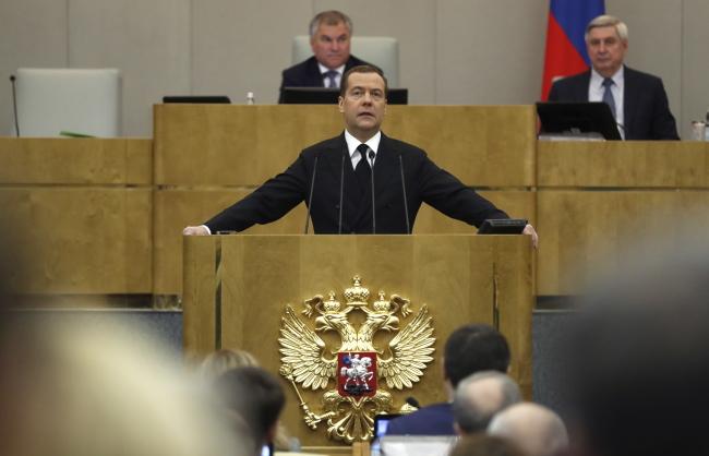 Премьер-министр России Дмитрий Медведев (в центре)