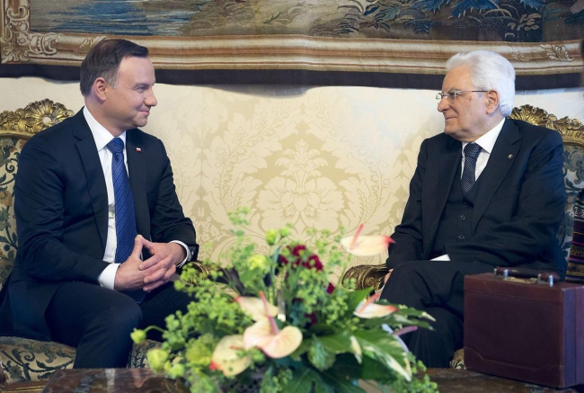 Italian President Sergio Mattarella (R) with his Polish counterpart Andrzej Duda during their meeting at the Quirinal Palace in Rome, Italy, 17 May 2016. EPA/PAOLO GIANDOTTI /