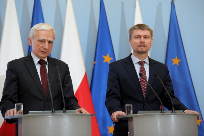 Piotr Naimski (left), the Polish government pointman's on strategic energy infrastructure, and Gaz-System CEO Tomasz Stępień (right) give a news conference in Warsaw on Wednesday. Photo: PAP/Leszek Szymański