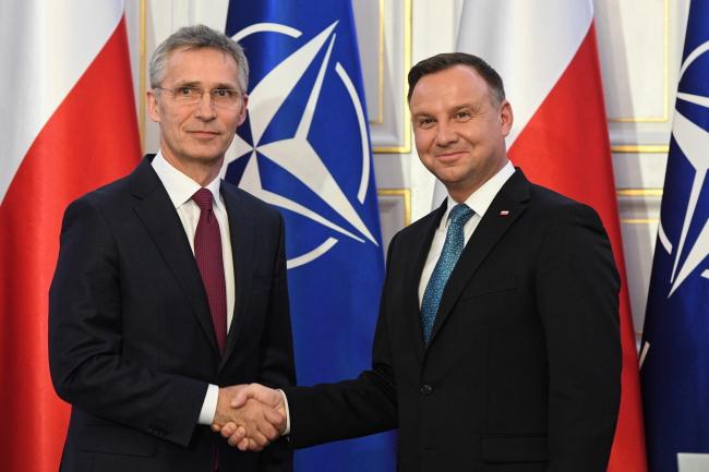Президент Польши Анджей Дуда (справа) и генеральный секретарь НАТО Йенс Столтенберг (слева) во время встречи с журналистами