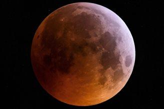 Lunar eclipse wows sky gazers