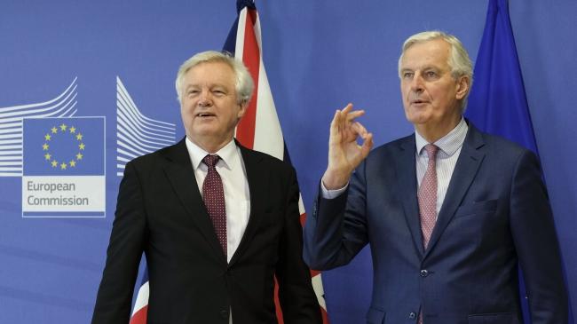 Міністр Великої Британії в справах «брекзиту» Девід Девіс (ліворуч) та представник Європейського Союзу з питань «брекзиту» Мішель Барньє (праворуч)