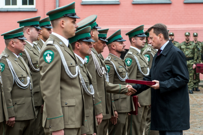 Polish Border Guard officers and Mariusz Błaszczak. Photo: PAP/Maciej Kulczyński.