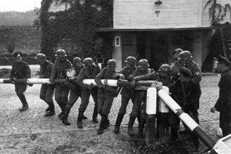 Поляки вивчають Пакт Рібентропа - Молотова