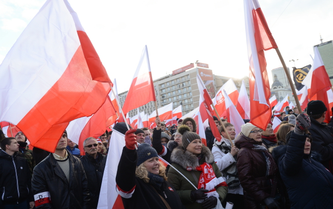 Flags are waved during an Independence Day march in Warsaw. Photo: PAP/Jacek Turczyk.