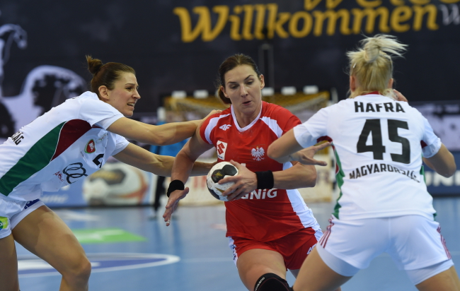 Poland's Karolina Kudłacz-Gloc (centre) in action against Hungary. Photo: PAP/Marcin Bielecki