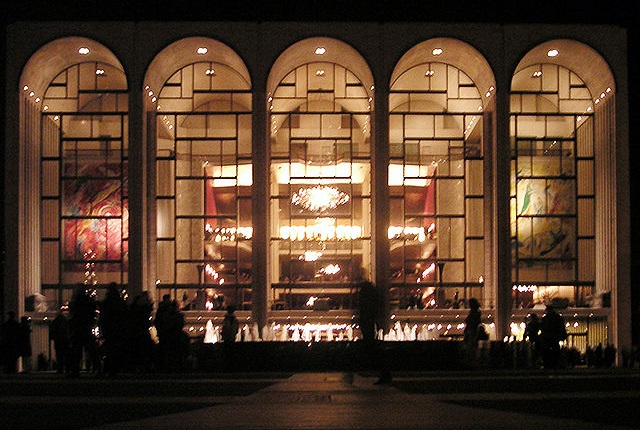 The Metropolitan Opera in New York. Photo: Lechhansl [GFDL (http://www.gnu.org/copyleft/fdl.html) or CC-BY-SA-3.0 (http://creativecommons.org/licenses/by-sa/3.0/)], via Wikimedia Commons