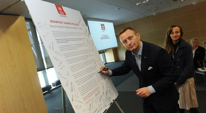 """Павел Рабей центра  диалога и анализа ThinkTank подписывает манифест """"Марка для Польши""""."""