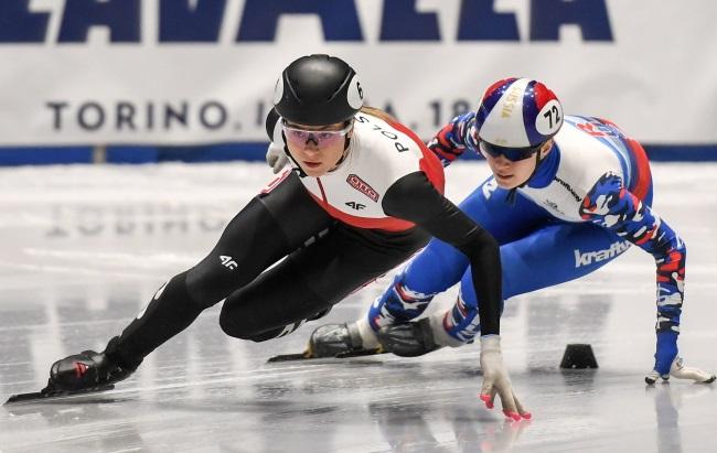 Poland's Natalia Maliszewska (left) in action during the short-track speed skating World Cup in Turin, Italy on Saturday. Photo: PAP/Paweł Skraba