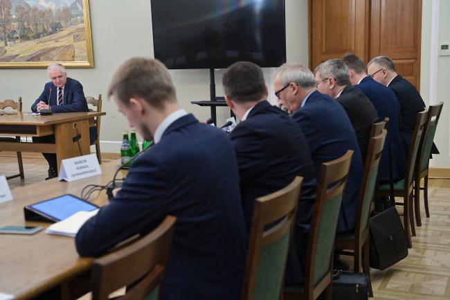 Бывший министр юстиции, нынешний вице-премьер и министр науки Ярослав Говин (слева) дает показания перед Комиссией по расследованию отмывания денег от поступлений НДС в казну страны в период с декабря 2007 года по ноябрь 2015 года