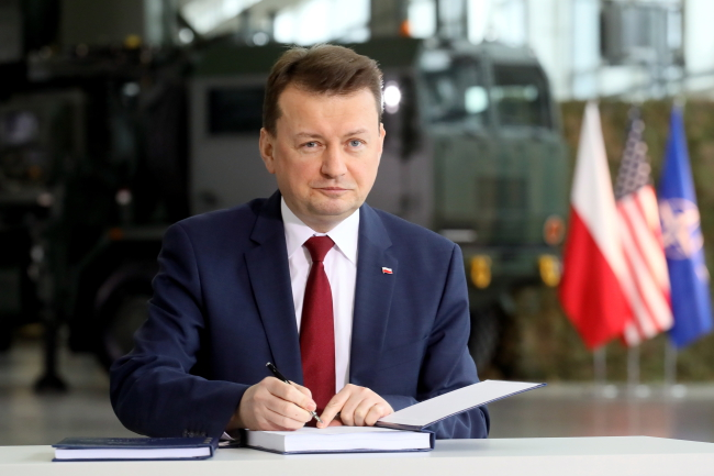 Polish Defence Minister Mariusz Błaszczak signing the deal for a US Patriot missile defence system. Photo: PAP/Paweł Supernak