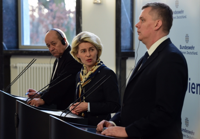 German Minister of Defence Ursula von der Leyen (C), with Polish Minister of Defence Tomasz Siemoniak (R) and French Minister of Defence Jean-Yves Le Drian (L) in Berlin, Germany, 30.03.2015. Photo: PAP/EPA/SOEREN STACHE