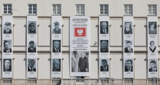 Фото загиблих у смоленській катастрофі на будинку командування Варшавського гарнізону, 10 квітня 2018 року