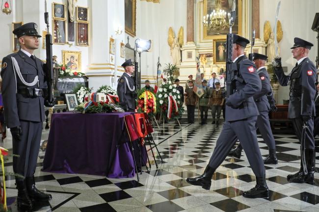 Церемония прощания с генералом Збигневом Сьцибором-Рыльским в варшавском костеле Святого Карла Баромея, на кладбище Старые Повонзки