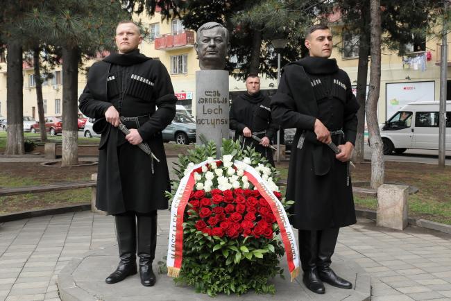 Памятник президенту Польши Леху Качиньскому в Тбилиси