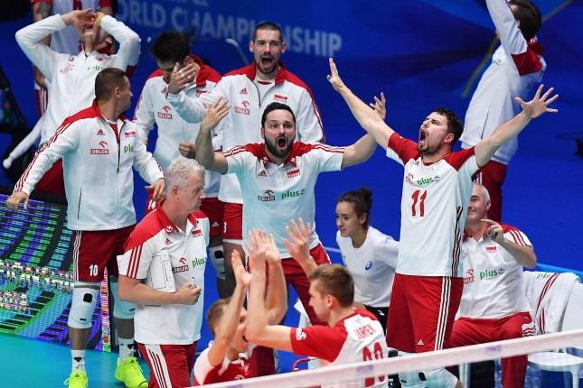 Польские игроки празднуют победу в конце матча Польша-Сербия в  рамках Чемпионата мира по волейболу среди мужчин