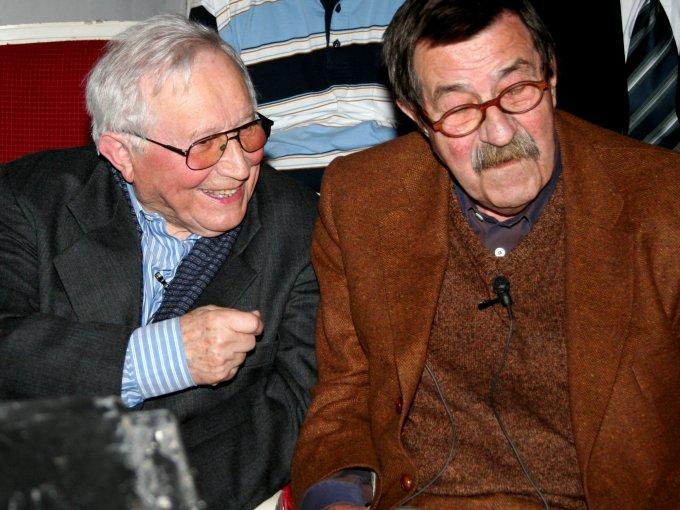 Polnischer Dichter Tadeusz Różewicz (l) und Literaturnobelpreisträger Günter Grass.