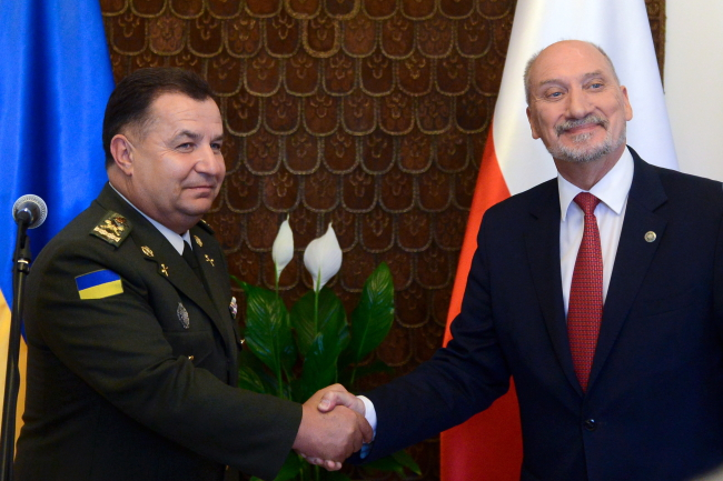 Міністри оборони України і Польщі Степан Полторак і Антоні Мацєревич. 14 серпня 2017, Варшава.