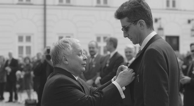 Президент Лех Качиньский вручает награду Томашу Сарнецкому.