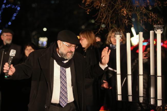 Chief Rabbi of Poland Michael Schudrich lights candles on Grybowski Square Warsaw. Photo: PAP/Rafał Guz