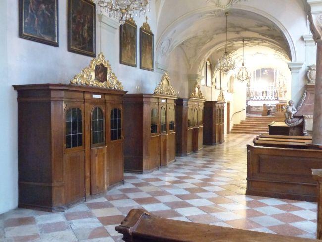 Конфессионалы (исповедальни) в костеле.