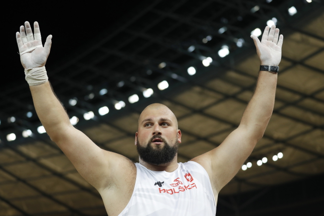 Michał Haratyk celebrates after winning gold. Photo: EPA/CHRISTIAN BRUNA
